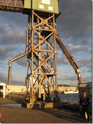 漁船から魚を吸い上げる機械