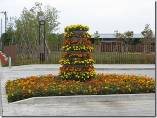 花菜ガーデン前の花のモニュメント